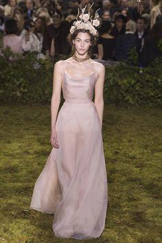 Casamento na praia versão mais discreta = simplicidade perfeita e delicada desse Dior