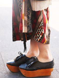 We love how these modern oxford platforms remind us of traditional Japanese shoes with their wooden sole....♔...