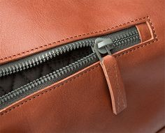 Octovo-amber-leather-duffle-bag-zip ZIPPER DETAIL