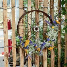 comment décorer son jardin avec un velo Bar Deco, Deco Floral, Art Floral, Zinnias, Flower Beds, Green Wedding, Decor Interior Design, Cottage Style, Floral Arrangements