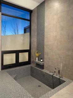 Veja as melhores referências da internet de banheiros com banheiras. São 75 fotos para se inspirar.