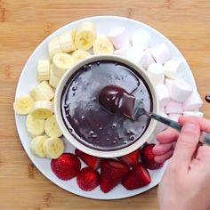 7,238 отметок «Нравится», 14 комментариев — Кулинария (@cooks_video) в Instagram: «Нутелла фондю, по-моему, идеально!😍  Video by @twisted_food»