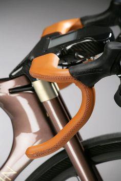 Aston Martin One-77 Cycle Leather Handlebar... Pero te toca montar la cadena con la mano, lluvia o limpiar la rueda mientras ruedas y se acaba el encanto, de resto, es bonito.