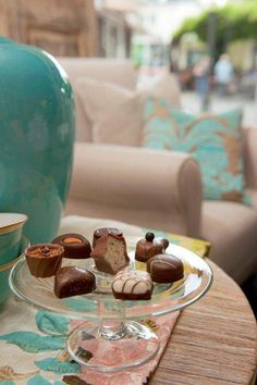 Lindt pralines in your living room. A perfect treat to delight any guests! Lindt Truffles, Lindt Lindor, Lindt Chocolate, Dove Chocolate Discoveries, Tea Party Desserts, Tea Time, Treats, Dining, Sweet