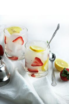 Low-Calorie Sparkling Strawberry Lemonade Cocktail (summer drink recipe) by www.droolworthydaily.com