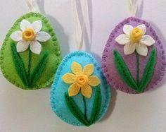 Voelde Pasen decoratie - eieren met bloemen en vogels voelde / set van 3 - baby groen  Aanbieding is voor 3 ornamenten  Groen babyset omvat: -1 ei met paashaas -1 ei met bloemen en borduurwerk swirls -1 vogel  Roze set omvat: -1 ei met tulpen -1 ei met kleine bloemen -1 vogel  Handgemaakt uit wol mix voelde  Kleurencombinatie van -groene pistache achtergrond, baby -baby roze achtergrond   Grootte van mijn versierde eieren is over 2 1/8 x 2 5/8 inch (5,3 x 6,5 cm) Dit is de grootte van vilt…