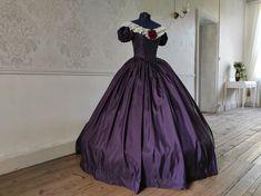 Robe en taffetas violet des années 1850. Costume Renaissance, Style Haute Couture, Marie, Ball Gowns, Formal Dresses, Fashion, Vestidos, Baroque Dress, Medieval Costume