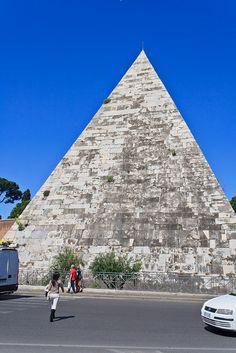 PIRAMIDE CESTIA: È il monumento sepolcrale di Caio Cestio Epulone, morto nel 12 a. C., pretore e tribuno del popolo. Ha la base di 22 m per lato, l'altezza di 27. Venne innalzata in 330 giorni.
