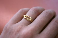 gold knot ring Etsy has such nice things like this simple wedding band Gold Jewelry Simple, Cute Jewelry, Beaded Jewelry, Cute Rings, Pretty Rings, Gold Finger Rings, Gold Rings, Simple Wedding Bands, Wedding Rings