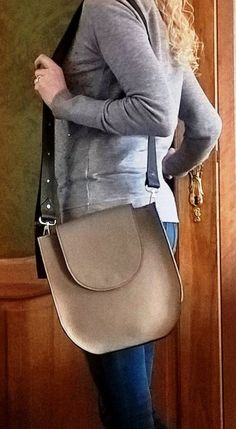 https://dewaelesara.wordpress.com/collectie/cross-body-bag-marie-josee/