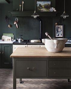 """654 gilla-markeringar, 4 kommentarer - S T I L T J E (@stiltje.se) på Instagram: """"Amazing kitchen. Herringbone flooring, green Tadelakt / paint. And the black and cream details.…"""""""