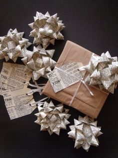 Handmade Gift Bows & Tags set. Upcycled 1963 di MandaMoDesigns