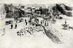 Η θεμελίωση της Δημοτικής Αγοράς πραγματοποιήθηκε ανεπίσημα από το Δήμαρχο Εμμ. Μουντάκη την 14/8/1911 και το έργο ξεκίνησε άμεσα. Το δεύτερο εξάμηνο του 1913 αποπερατώθηκε το κυρίως έργο, η Αγορά αρχίζει ανεπίσημα να λειτουργεί από την 1/11/1913. Τα επίσημα εγκαίνιά της έγιναν από τον τότε Πρωθυπουργό της Ελλάδας Ελ. Βενιζέλο στις 4 Δεκεμβρίου 1913, τρείς μέρες δηλαδή μετά την επίσημη τελετή της Ένωσης της Κρήτης με την Ελλάδα