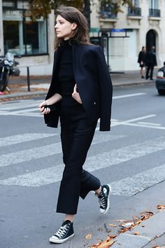 All black with casual shoes. Spring Paris Fashion Week Street-Style Photos by Tommy Ton Looks Street Style, Looks Style, Looks Cool, Black High Top Converse, Black High Tops, Black Chucks, Black Pants, Black Overalls, White Converse