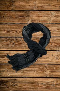 Längst sind Schals und Tücher praktische Accessoires für alle Jahreszeiten! In der Mode-Welt sind sie unentbehrlich für markante, lässige und aktuelle Looks. Winter Jackets, Fashion, Souvenir, Accessories, Fashion Styles, Seasons Of The Year, World, Gifts, Woman