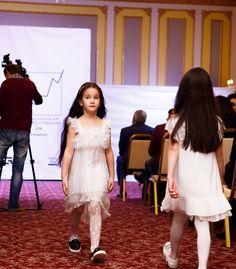 Платье Microbe by Miss Grant для вашей принцессы на любой праздничный случай❄️ Низ платья выполнен из плессировки ✨ Задняя часть длиннее, чем передняя часть платья 👌 Плечики декорированы стразами 💎 Размер: 6 лет Заказ и вопросы Viber/ WhatsApp/Telegram 📱➡ +7-927-282-72-71 Заказ каталога на нашем сайте, ссылка указана здесь ➡ @dolce_fashion_kids Доставка по миру 📦✈🌍 #КАТАЛОГ_Dolcefashion #доченька #доченькалюбимая #дочка #дочкалапочка #интернетмагазин #kidsmodel #акции #астрахань…