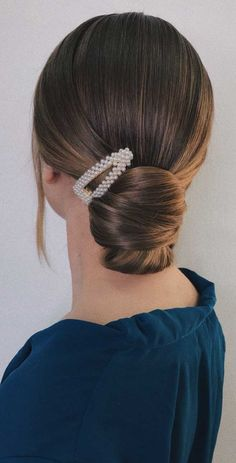 Gorgeous & Super-Chic Hairstyle That's Breathtaking Here are surprisingly simple yet super-chic hairstyles for the girl/bride to be who just can't be bothered. From The Twisted Bun,The Swept updo, The. Braided Bun Hairstyles, Chic Hairstyles, Short Hair Updo, Fringe Hairstyles, Elegant Hairstyles, Wedding Hairstyles, Updo Hairstyle, Messy Updo, Bridal Hairstyle