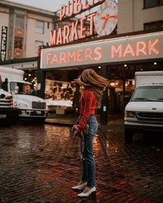 Seattle Instagram Spot, PIke Place Market. Wearing my bright red sweater to match the red Pike Place Market sign which is one of my top Seattle Instagram photo spots. This is one of the most popular Seattle Instagram pictures. If you are looking to Seattle Instagram inspiration add this to your list!  #Seattle #PNW Seattle Travel Guide, Seattle Pictures, Seattle Photography, Pike Place Market, Insta Photo Ideas, Instagram Outfits, Vacation Pictures, Red Sweaters, Fashion Pictures