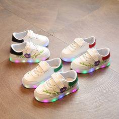 011349fc74be0 Nouveau 2017 ventes chaudes fleur imprimer enfants casual chaussures LED  éclairage shinning enfants sneakers Belle mode