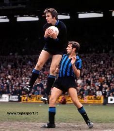 C Palace 1 Inter Milan 1 in May 1971 at Selhurst Park. Ivano Bordon catches the ball for Inter in the Anglo Italian Cup Group 2 clash. School Football, Football Team, Italian Cup, Rugby Men, Goalkeeper, Insight, Shit Happens, Running, Conversation