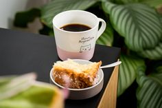 Kaffee für den Morgenmuffel mit der Hario V60 · Berliner Speisemeisterei Tableware, Food, Ground Coffee, Pour Over Coffee, Household Products, Coffee Cups, Food Food, Dinnerware, Eten