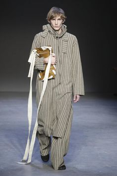 Exploring the concept of protection, Craig Green's Fall Winter 2016 collection depicts a gathering of introspective dreamers. Finding new ways to explore his continued interest in th. Runway Fashion, Fashion News, Fashion Show, Craig Green, Green Pants, Live Fashion, The Dreamers, Duster Coat, Kicks