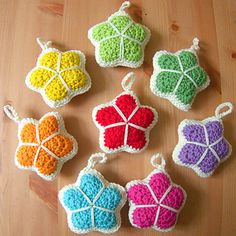 Make these cute stuffed stars with small amounts of colourful yarn and a bit of cream or white. They are great to make for children (and grown up children) and you could also use them to make a baby mobile. Crochet Star Patterns, Crochet Stars, Basic Crochet Stitches, Crochet Hook Sizes, Crochet Hooks, Crochet Decoration, Star Designs, Slip Stitch, Crochet Projects