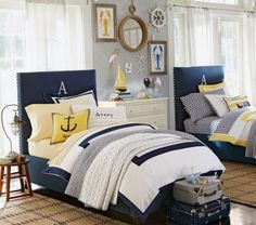 Idee per arredare la cameretta - Blu, bianco e qualche tocco di giallo per arredare la camera da letto stile marina.
