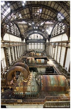 Massive Interior in Abandoned American Power Plant. I love the architecture here. (Has a steampunk look to it. Abandoned Buildings, Old Buildings, Abandoned Places, Steam Turbine, Turbine Hall, Abandoned Factory, Dieselpunk, Art Nouveau, Steampunk