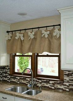 Burlap and White DIY Kitchen Valances. We werent sure if we could create kitchen… Minus the bows. Not really a bow girl. Burlap and White DIY Kitchen Valances. Source by Ideas on How to Choose the Right Styles of Kitchen Valances For Your Kitchen variou Kitchen Window Valances, Kitchen Window Treatments, Kitchen Windows, Easy Window Treatments, Window Valences, Kitchen Window Decor, Kitchen Decorations, Diy Kitchen Decor, White Diy Kitchens