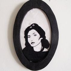 Moldura oval em madeira de pallet (bordado Clarice Lispector feito por Cassia Anacleto)