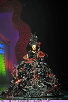 Nick Verreos: The McQueen of China: Designer Guo Pei& & Night& Haute Couture Fashion Show China Fashion, Fashion Art, Fashion Show, Fashion Design, Vetements Clothing, Guo Pei, Weird Fashion, Funky Fashion, Fantasy Costumes