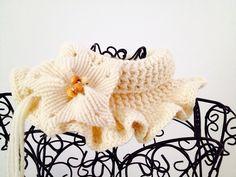 Scalda collo in lana merinos lavorato a mano a crochet con spilla fiore a macrame'