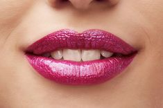 Prisma Lip Glaze Beauty Tip Holographic and prismatic effect emphasize the lips and set conscious highlights. The lips instantly look fuller and stand out with a glam factor. The Eye Look is best kept subtle to let the lips take centre stage.