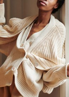Although I haven't purchased a single article of clothing in two months, I've been yearning for the next perfect sweater: an oversized jumper, a long knit cardigan, a warm turtleneck . Ty Dye, Long Knit Cardigan, Oversized Jumper, Diy Tassel, Diy Braids, Macrame Projects, Macrame Patterns, Knitwear, Creations