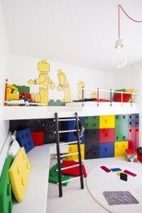 Chambre d'enfant inspirée par les legos (les meubles,les coussins,le papier peint).