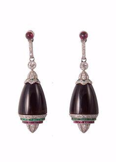 Pair of art-deco ear-pendants in platinum, onyx, diamonds, rubies and emera Art Deco Earrings, Art Deco Jewelry, Fine Jewelry, Jewelry Design, Antique Earrings, Antique Jewelry, Vintage Jewelry, Art Nouveau, Art Deco Diamond