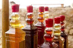 Jak si vyrobit vlastní bylinkový likér, šťávu či víno? Nordic Interior, Beverages, Drinks, Hot Sauce Bottles, Preserves, Food And Drink, Honey, Kefir, Herbs
