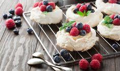 Zbyly vám bílky a nevíte co snimi? Pusťte se do pečení a překvapte rodinu některým zúžasných dezertů lehkých jako peříčko, které se doslova rozplynou na jazyku. Kromě tradičních jednoduchých pusinek můžete vsadit na některou z pěti sofistikovanějších sněhových dobrot, které jsme pro vás vybrali. Inspirujte se! Pavlova Cake, Mini Pavlova, Tolle Desserts, Mousse, Dessert Platter, Quick Weeknight Dinners, Vegan Appetizers, Great Desserts, No Bake Treats