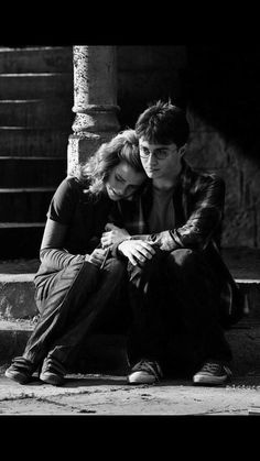 """Hermione: """"How does it feel, Harry, when you see Dean with Ginny. I see the way you look at her"""" *after Ron and Lavender come in and Hermione sets the birds after Ron* Harry: """"It feels like this"""" Harry Potter Hermione Granger, Harry James Potter, Capa Harry Potter, Arte Do Harry Potter, Harry Potter Pictures, Harry Potter Characters, Harry Potter World, Ron Weasley, Harry Porter"""