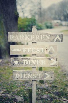 Weddings signs DIY with wood and paint...  Zelfgemaakt wegwijzerbord voor bruiloft!