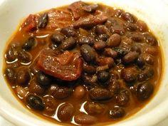 Receta de Frijoles Charros Express | EnJalisco, pueden hacerse tantocaldosos como secos y se lesagrega una salsa ranchera quecontiene tomate, cebolla y chileverde. En la ciudad de Méxicopor lo general son caldosos yse consumen con frecuenciacomo sopa.