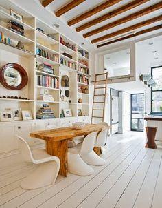 Moderner Landhausstil: Weiß lackierte Dielen lassen den Raum hell erscheinen. Gelungen ist der Kontrast zwischen dem massiven Esstisch in Natur und den weißen Panton Stühlen.