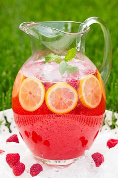 Sparkling Raspberry Lemonade - this is so refreshing on a hot summer day!! Homemade lemonade is the best!
