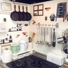 女性で、3LDKの収納/キャンドゥ/100均/セリア/いつもいいね!ありがとうございます♪/ナチュラルキッチン…などについてのインテリア実例を紹介。「セリアのキッチンシートをカットしてランダムに貼りました(*´ ˘ `*)」(この写真は 2016-10-19 15:01:29 に共有されました) Kitchen Stove, Kitchen Dinning, Diy Kitchen, Kitchen Interior, Vintage Kitchen, Kitchen Decor, Kitchen Design, Small Apartment Kitchen, Small Space Kitchen