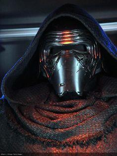 Kylo-Ren /Ben Solo (Adam Driver)  miembro de los Caballeros de Ren y  aliado del  Primer Orden. Hijo de Leia Organa y Han Solo, Ben fue tomado como aprendíz por su tío Luke Skywalker para convertirse en un Caballero Jedi, en su recién creada Orden Jedi. Sin embargo, creyendo ser demasiado débil para cumplir con el legado de su abuelo como un Jedi, Ben fue atraído al lado oscuro de la Fuerza por un misterioso usuario de la Fuerza llamado Snoke.