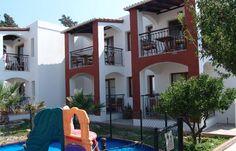 Die Bungalow-Anlage verfügt über 24 Zwei-Zimmerwohnungen mit Bad und Kochnische, TV, Klimaanlage und Balkon.