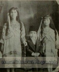 Osmanlı Hanedan Fotoğrafları V. Mehmed Reşad - Mehmet Ziyaeddin Efendi'nin çocukları solda Durriye sultan, sağda Rukiye sultan, ve Mehmet Nazım Efendi 1915