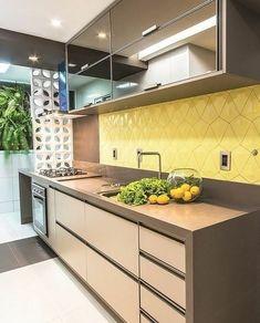 Como não amar essa cozinha LINDA?! Sou apaixonada por amarelo, essa composição ficou moderna e sofisticada, mas sem ser exagerada. Pinterest #blogmeuminiape #meuminiape #apartamentospequenos #inspiração #cozinhapequena #decoração