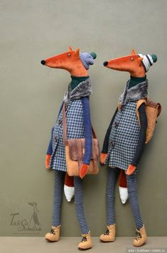 Foxes with beautiful tails. Textile Sculpture, Art Textile, Fox Toys, Handmade Stuffed Animals, Diy Y Manualidades, Fabric Animals, Textiles, Fabric Toys, Wool Applique